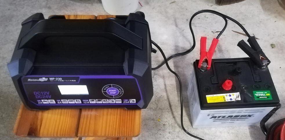 バッテリーに充電器を接続